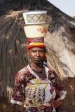 运载在她的头的非洲妇女两个盘 免版税库存照片