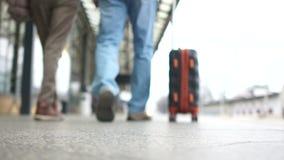 运载在平台的一个人的特写镜头一个手提箱 底视图,旅行概念 股票视频