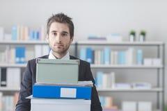 运载堆箱子和文件夹的商人 免版税图库摄影
