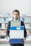 运载堆箱子和文件夹的商人 库存照片