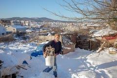 运载塑料桶的老土耳其人切好的火森林 库存照片