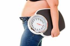 运载大老体重计的大肥胖妇女 免版税图库摄影