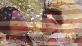 运载她的女儿的美军士兵 股票视频
