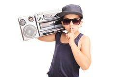 运载少数民族居住区爆裂药的节律唱诵的音乐成套装备的小男孩 库存图片