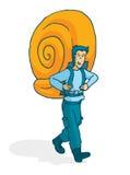 运载巨大的蜗牛壳的冒险的人作为背包 免版税库存图片