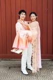 运载幸福的泰国新郎逗人喜爱的新娘 库存照片
