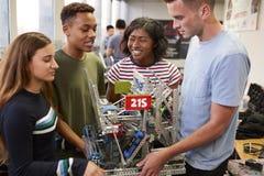 运载机器或设计类的大学生在科学机器人学方面 库存照片