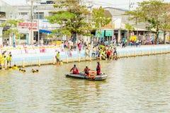 运载横跨河的中国女神Palanquins 免版税库存图片