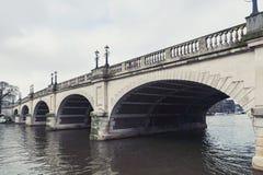 运载横跨泰晤士河的金斯敦桥梁A308马市路在金斯敦,英国 库存照片