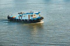 运载沙子的小船在Chaophraya河,泰国 免版税图库摄影