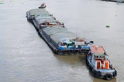 运载沙子的船 免版税库存照片