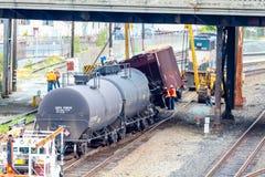 运载油的列车车箱出轨 免版税库存图片