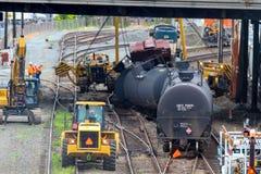 运载油的列车车箱出轨 免版税库存照片