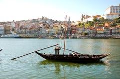运载波尔图的老小船沿杜罗河河喝酒 免版税图库摄影