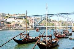 运载波尔图的老小船沿杜罗河河喝酒 免版税库存照片