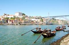 运载波尔图的老小船沿杜罗河河喝酒 免版税库存图片