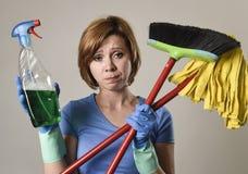 运载清洁浪花瓶的洗涤的橡胶手套的主妇扫并且擦 免版税库存图片