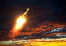 运载火箭在红色云彩背景离开  免版税库存图片