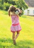 运载狗的小女孩 免版税库存图片