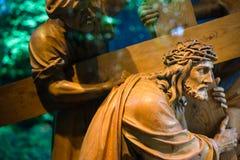运载的交叉耶稣 免版税图库摄影
