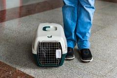 运载的宠物的袋子是在少年的腿附近 库存图片