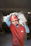 运载的建筑材料垂直工作者 免版税图库摄影