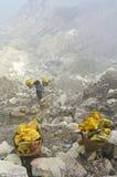 运载的火山口ijen里面硫磺工作者 库存照片