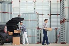 运载的箱子从汽车到容器 图库摄影