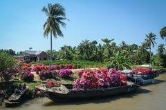运载的花乘小船在越南南方 图库摄影