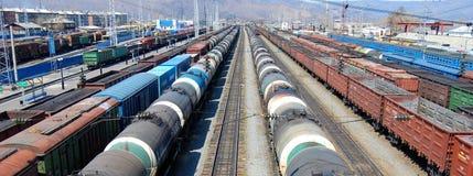 运载的采煤批次石油有篷货车 免版税库存图片