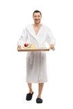 运载盘子和走的浴巾的人 免版税库存图片