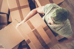 运载移动的箱子的人 库存图片