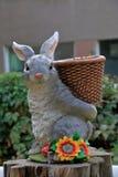 运载篮子的野兔的雕象 免版税库存照片