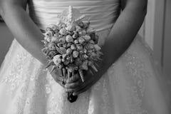 运载精心制作的贝壳花束的新娘为她的婚礼之日 免版税图库摄影