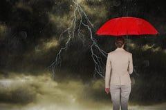 运载红色伞的女性执行委员背面图的综合图象 库存图片