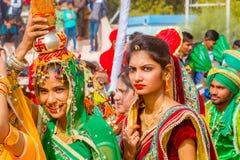 运载罐的Rajasthani女孩运载罐 免版税库存图片