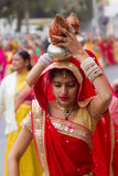 运载罐的Rajasthani女孩 库存照片