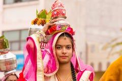 运载罐的Rajasthani女孩 库存图片