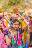 运载罐的Rajasthani女孩 免版税库存图片