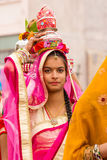 运载罐的Rajasthani女孩 免版税图库摄影