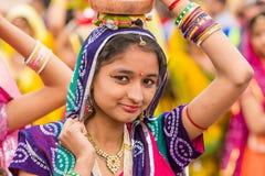 运载罐的Rajasthani女孩 免版税库存照片