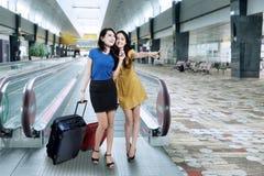 运载行李的两名妇女在机场 库存照片