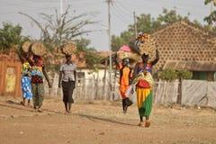 运载装载的妇女在南苏丹 库存图片