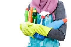 运载许多瓶清洗液的主妇 免版税图库摄影