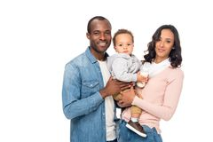 运载逗人喜爱的矮小的儿子和微笑对照相机的愉快的非裔美国人的父母 库存图片