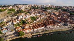 运载酒的小船鸟瞰图在波尔图葡萄牙, 2017年7月17日 免版税库存图片