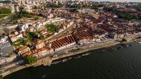 运载酒的小船鸟瞰图在波尔图葡萄牙, 2017年7月17日 免版税库存照片