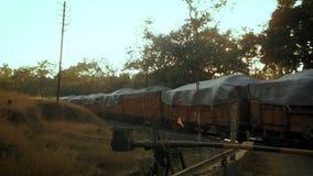 运载重的材料的装载火车识别不明飞机 股票视频