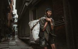 运载重量的夏尔巴在尼泊尔 库存图片