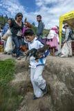 运载他在厄瓜多尔,南美希望卖在Otavolo动物市场上的两只鸡的男孩 免版税库存照片